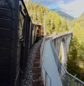 Historischer Zug auf dem Viadukt von Wiesen